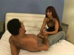 Latina Luder verführt Schwarzen Mann am Bett